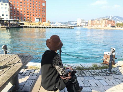 港でのんびりする女性