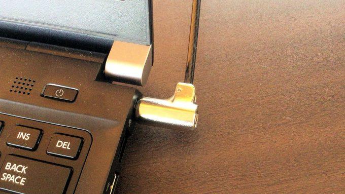 セキュリティワイヤーを取り付けたノートパソコン