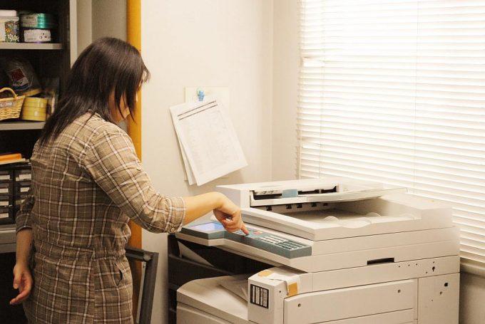 印刷機を操作する女性